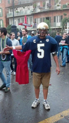 Manti Arrives to the Festival With His Girlfriend