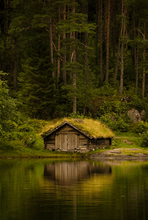 This Norwegian Boathouse Blends Right in to its Surroundings