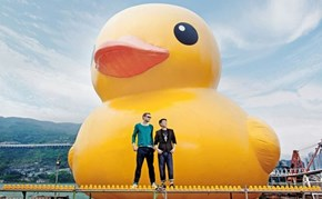 The World's Largest Rubber Duck Makes it's Way to Hong Kong