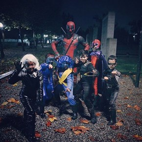 Ryan Reynolds Dressed as Deadpool for Halloween and Posed for Pictures With Kids