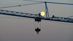Blue Moon on a Blue Crane 20150731 (photo: Henk Voermans , Breda, Buienradar.nl)