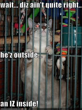 wait... diz ain't quite right... he'z outside... an IZ inside!