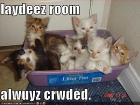 laydeez room  alwuyz crwded.