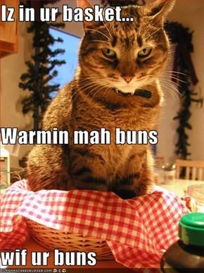 Iz in ur basket... Warmin mah buns wif ur buns