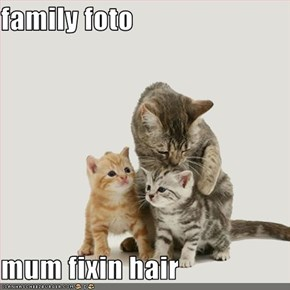family foto  mum fixin hair