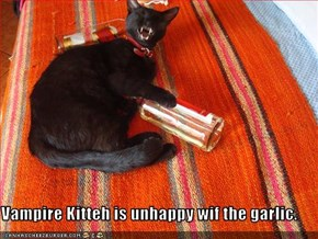 Vampire Kitteh is unhappy wif the garlic.