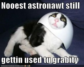 Nooest astronawt still  gettin used tu grabity