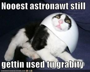 Nooest astronawt still  gettin used tu grabity